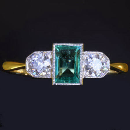 Art deco engagement ring with old mine cut diamonds and emerald (ca.1920)